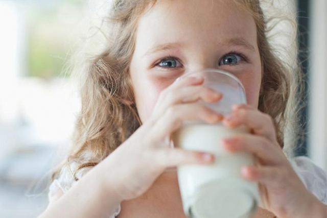bé uống sữa bột