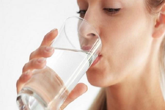 cách dưỡng da dành cho da khô là uống nhiều nước