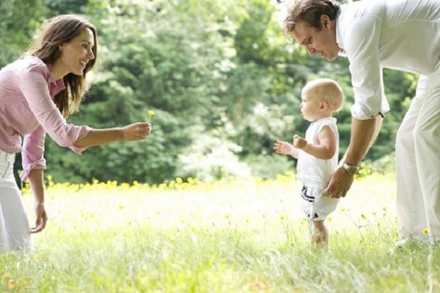 cha mẹ kiên nhẫn dạy con tập đi