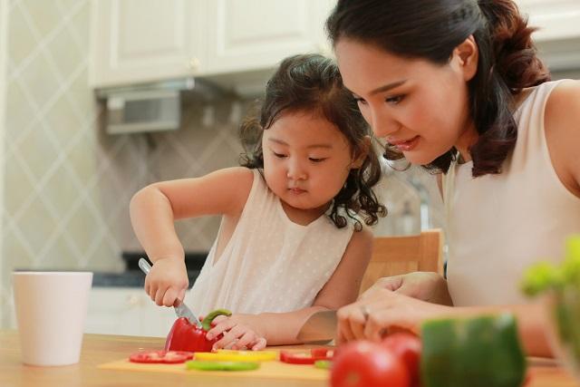 chế biến thức ăn cùng trẻ