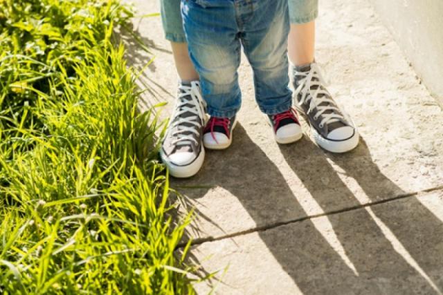 chọn giày cho trẻ 1 tuổi tập đi