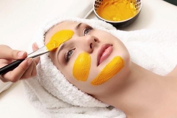 đắp mặt nạ bột nghệ dưỡng da