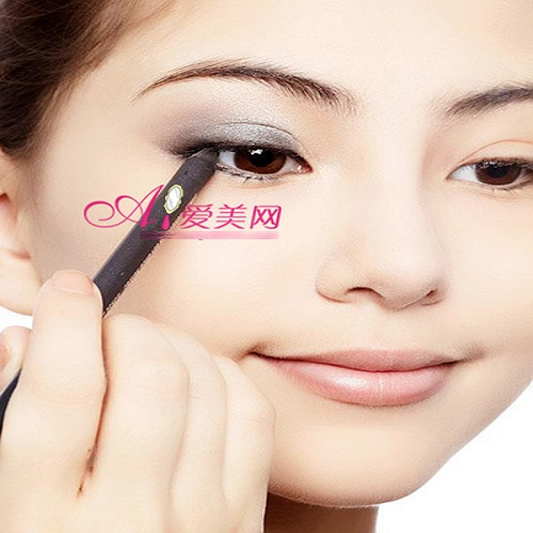 dùng chì kẻ mắt tạo điểm nhấn ở dưới mắt