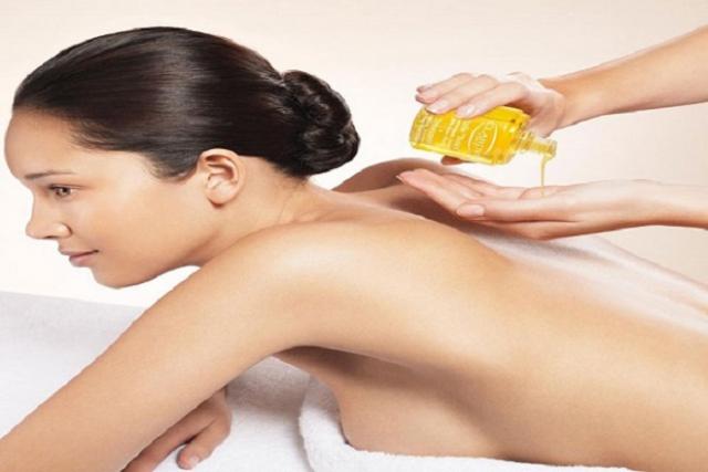 dùng dầu dừa massage toàn thân
