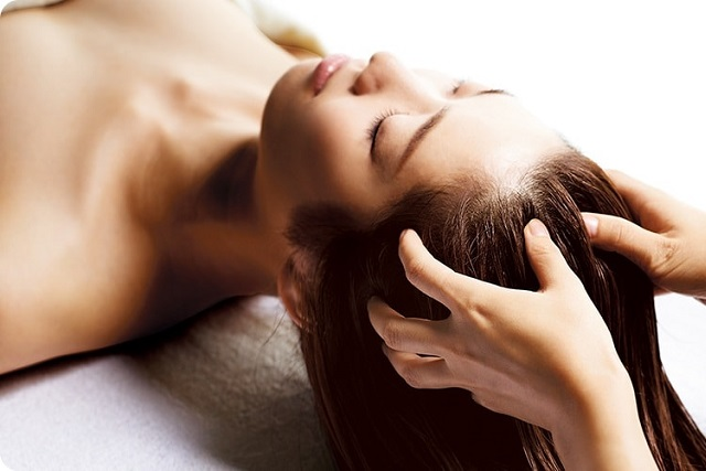 dùng dầu hạnh nhân óc chó để massage da đầu