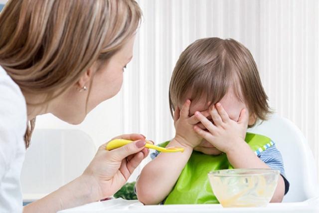 ép trẻ ăn
