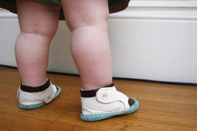gót giày cần vừa vặn với chân bé