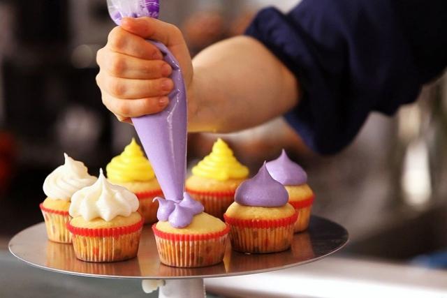 làm bánh cupcake