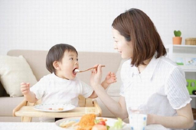 mẹ cho bé ăn cháo