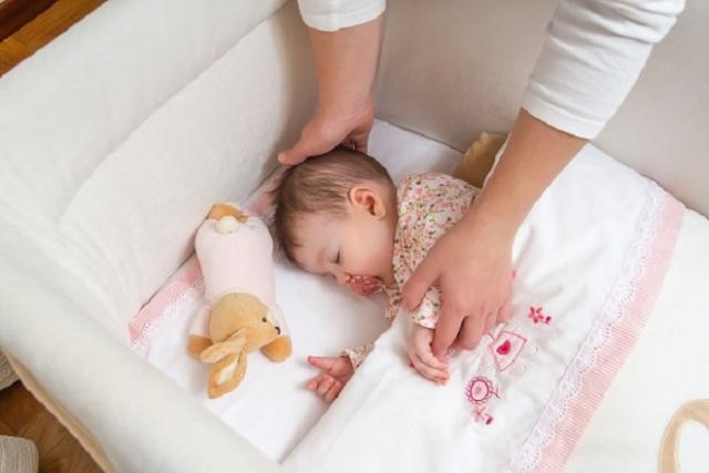 mẹ cho bé ngủ giường riêng