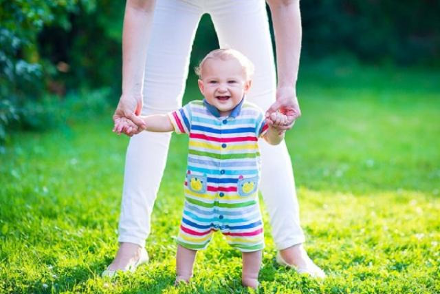 mẹ giúp bé tập đi không bị ngã