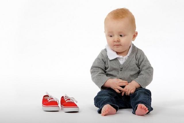 mẹ nên chọn kích cỡ giày vừa với chân bé