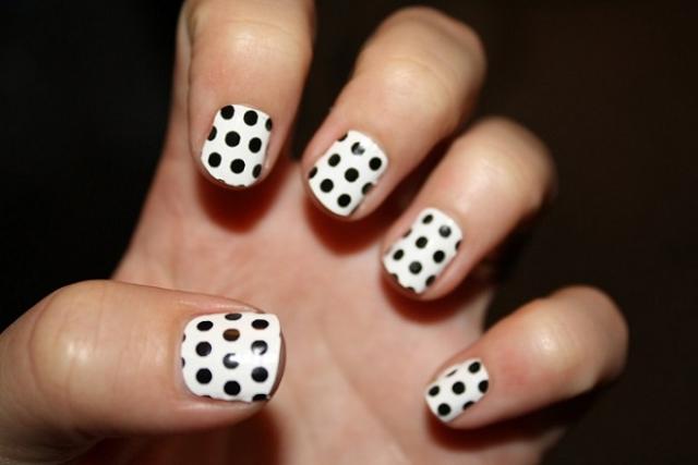 nail chấm bi đen trắng
