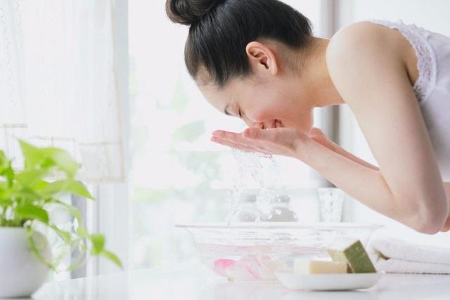 rửa mặt đúng cách là cách dưỡng da cho da dầu