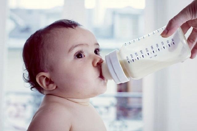 tập cho bé thức khi bú sữa