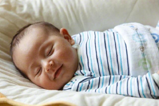thói quen ngủ đúng giờ ở trẻ sơ sinh