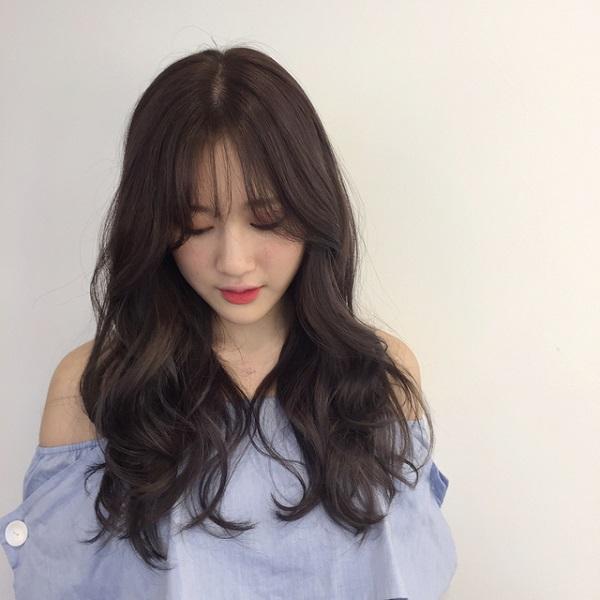 tóc uốn lọn nhẹ cùng tóc mái thưa