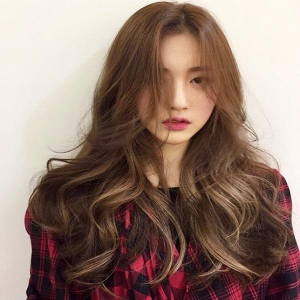 tóc uốn lọn nhẹ nhuộm highlight