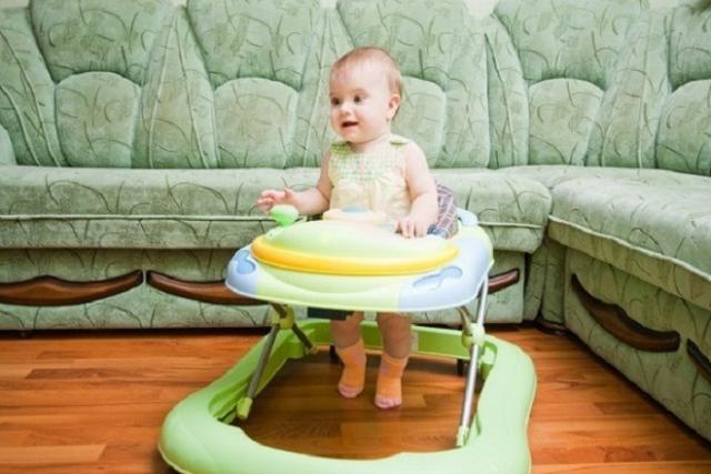 trẻ 6 tháng ngồi xe tập đi