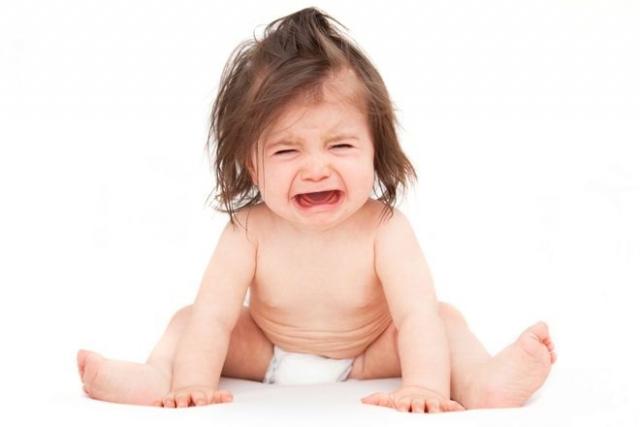 trẻ lười tập đi khóc lóc