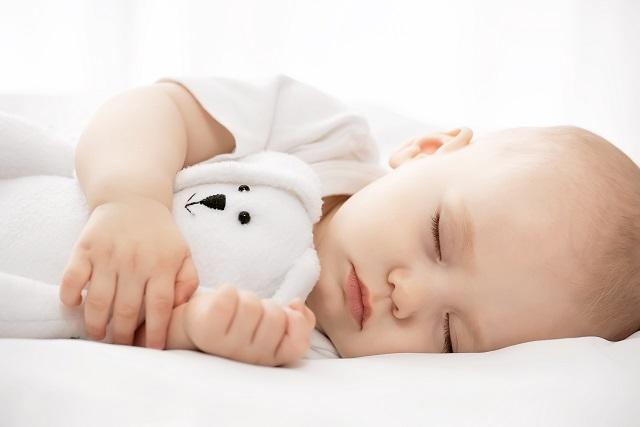 trẻ sơ sinh say ngủ