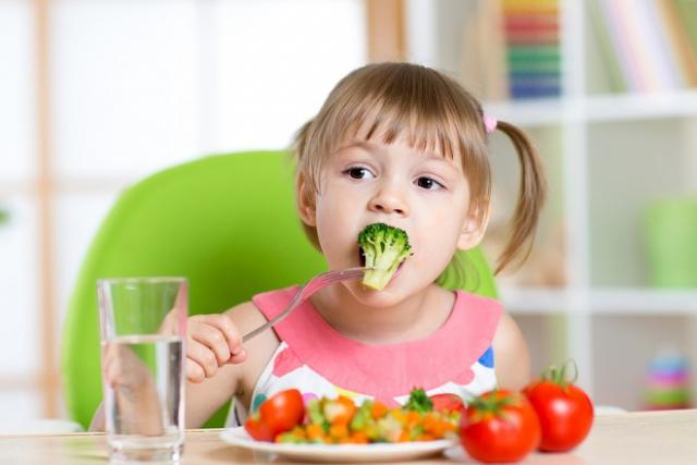trẻ tập ăn