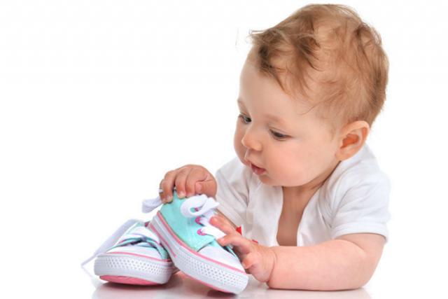 ưu tiên chọn giày kín mũi cho bé tập đi
