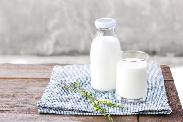 bình và ly sữa