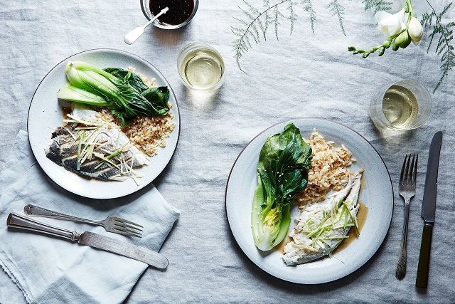 hai đĩa cơm cá hấp với rau