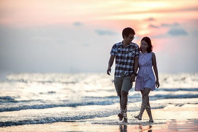nắm tay nhau đi dạo biển