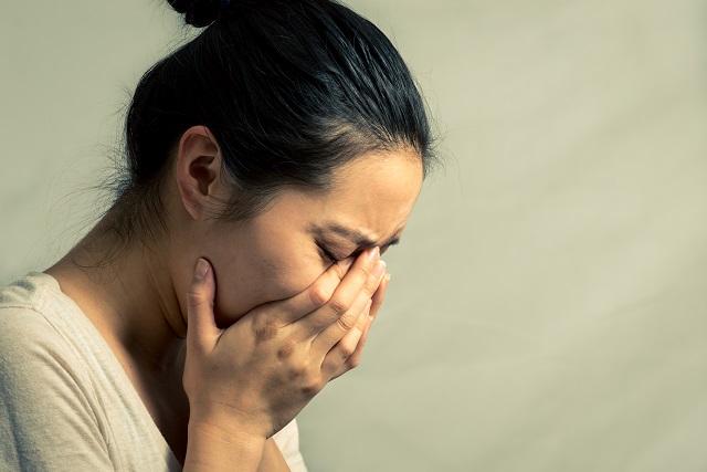 người phụ nữ đau khổ