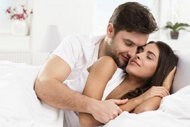 vợ chồng thể hiện tình cảm