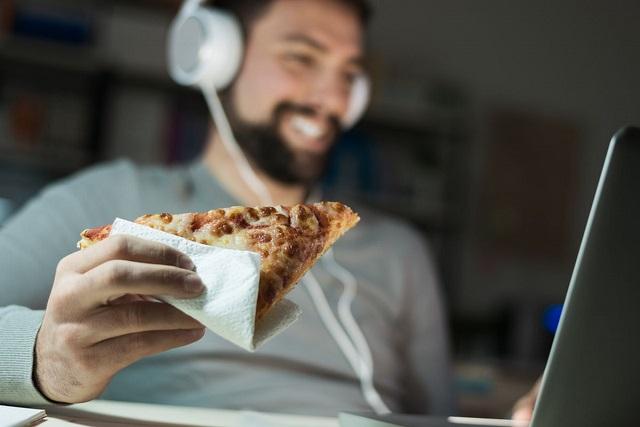 ăn pizza khi làm việc đêm