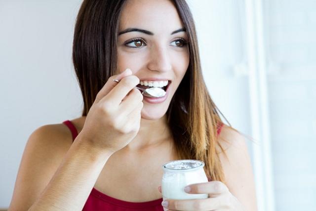 ăn sữa chua sau sinh để bổ sung thêm canxi