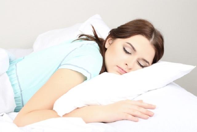 cách đẩy sản dịch ra nhanh nhất là nằm sấp 20-30 phút sau sinh