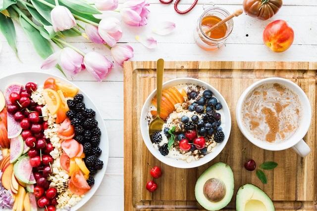 cháo yến mạch và trái cây