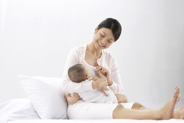 có bầu có nên cai sữa cho con