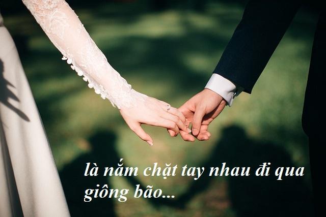 nắm chặt tay nhau trong đám cưới