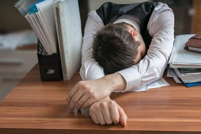 ngủ trên bàn làm việc