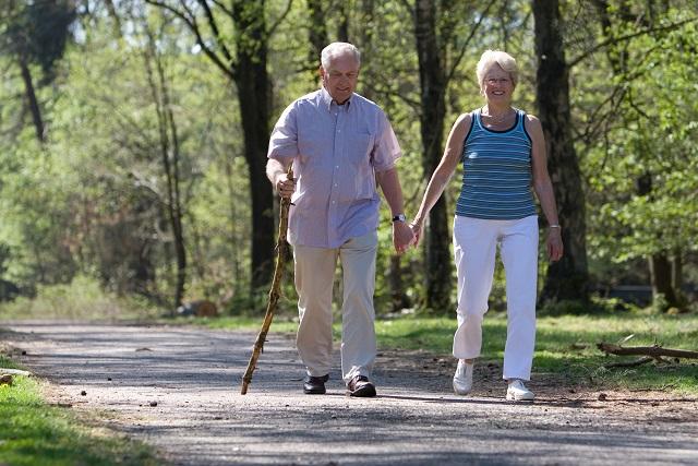 ông bà nắm tay nhau đi bộ