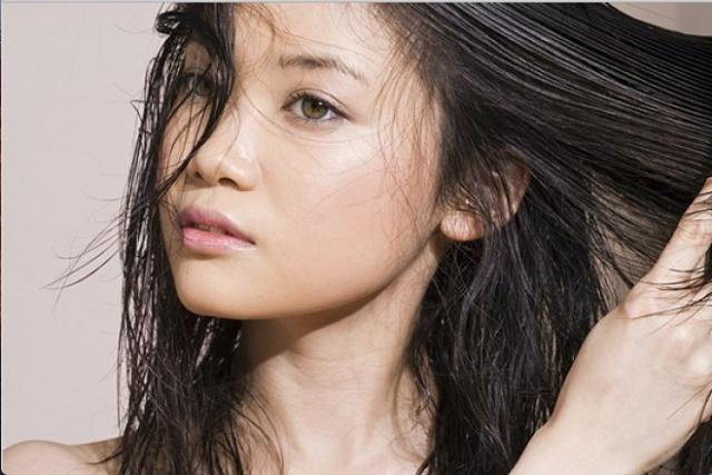 tóc nhờn khiến dễ bị rụng sau sinh 4 tháng