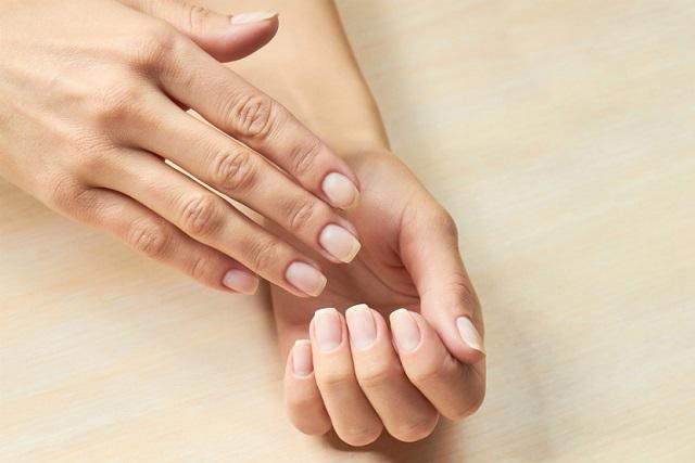 bàn tay và các móng tay