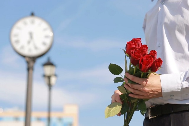 cầm hoa hồng chờ đợi