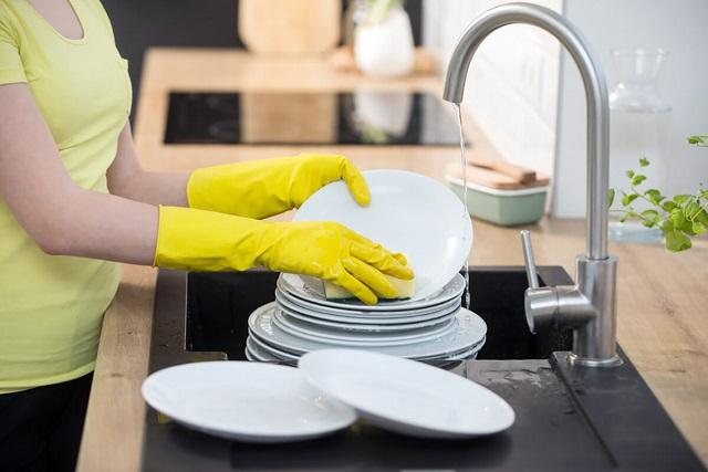 đeo bao tay rửa chén