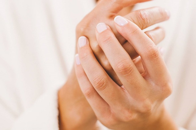 dưỡng móng tay bằng dầu oliu