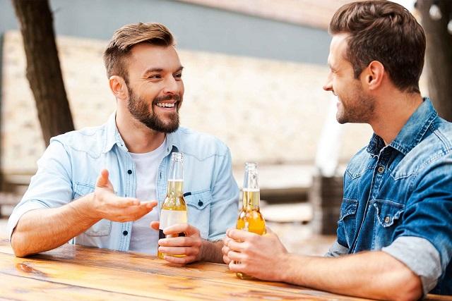 hai người đàn ông trò chuyện