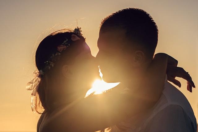 hôn nhau dưới hoàng hôn