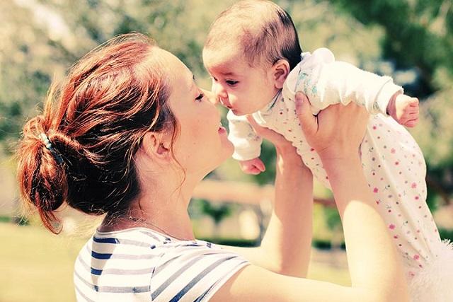 mẹ và con gái nhỏ