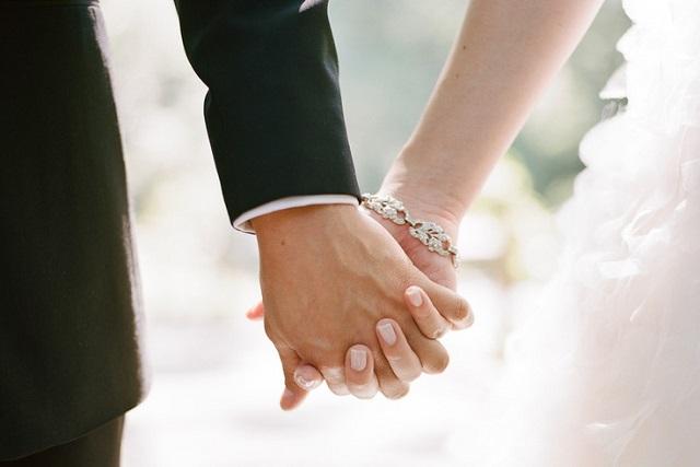 nắm chặt tay nhau