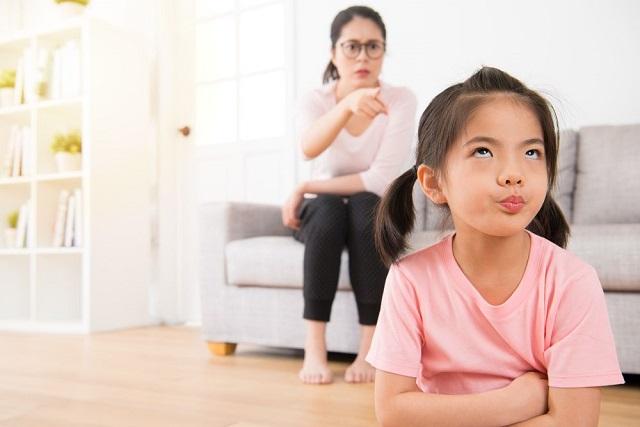 trẻ phản ứng lại mẹ